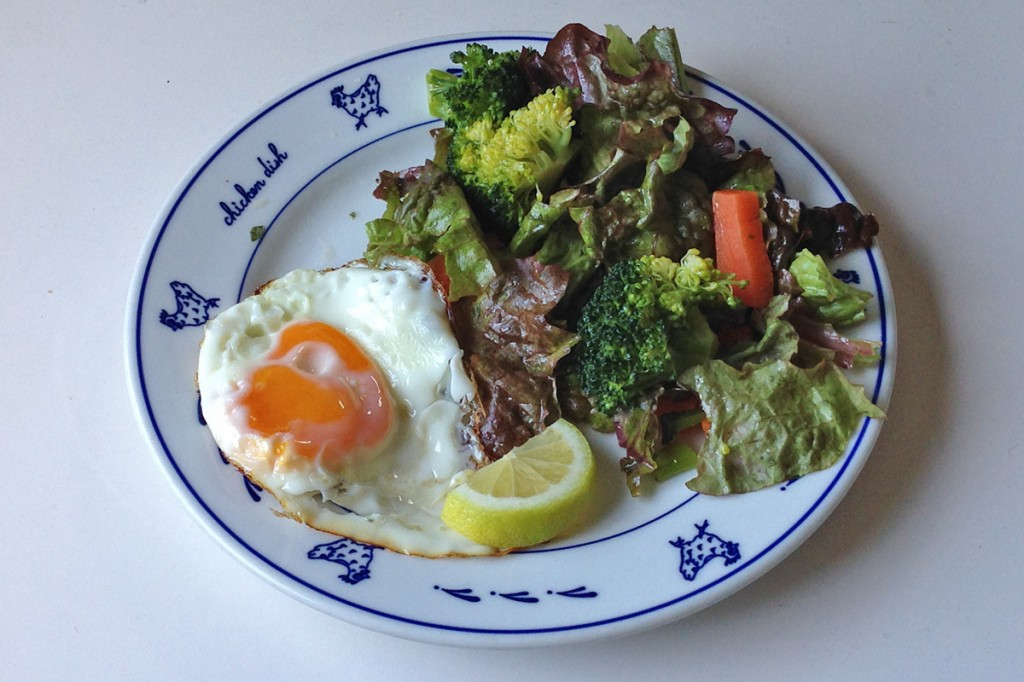 目玉焼きと野菜サラダ