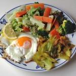 目玉焼きと野菜のプレート